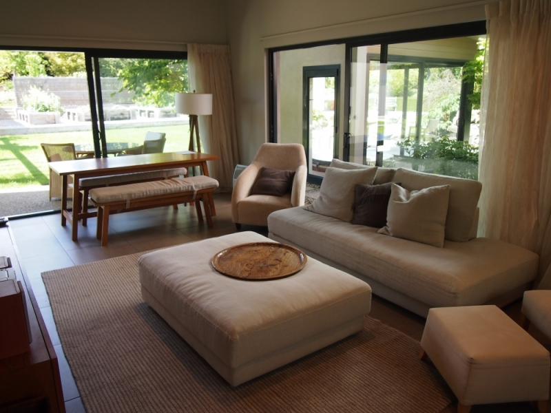 9-living-area-couryard-house-tiritiri-lodge