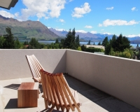 bedroom-master-upstairs-balcony-couryard-house-tiritiri-lodge